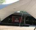 Design overkapping met zeil architectuur als rokersruimte